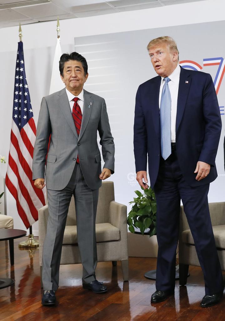 2回目の会談に臨むトランプ米大統領と安倍首相=25日、フランス南西部のビアリッツ(共同)