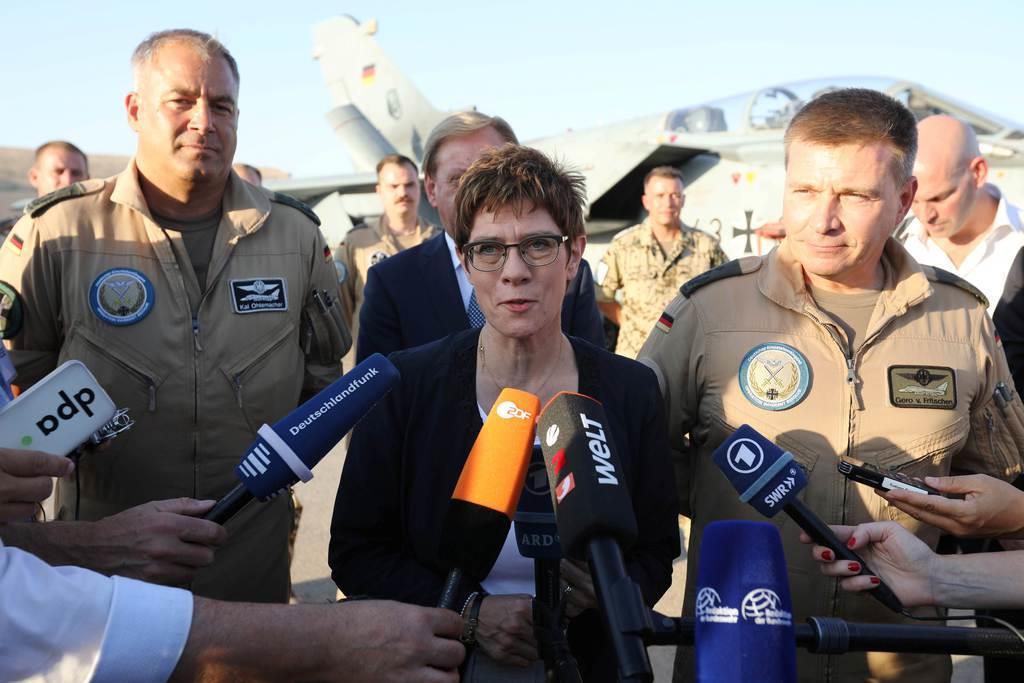 19日、ヨルダンの空軍基地で独連邦軍の駐留部隊を視察後、報道陣に応対するクランプカレンバウアー独国防相(ロイター)