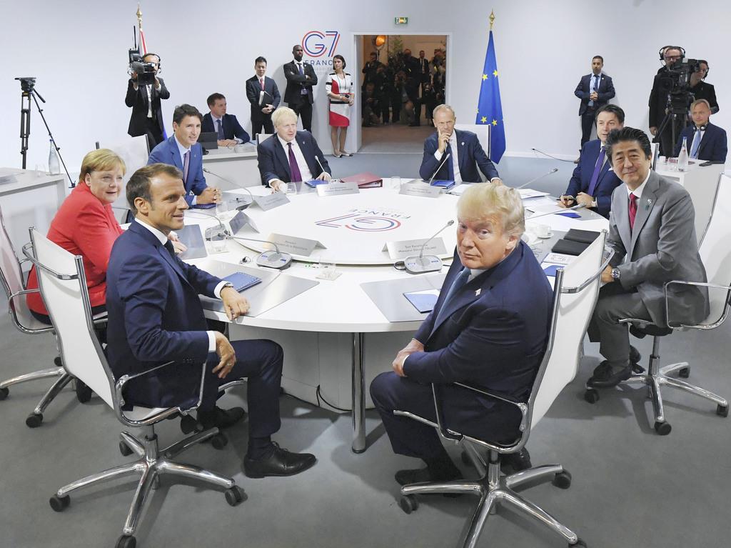 討議を前に写真撮影に応じる各国首脳。(右端から時計回りに)安倍首相、トランプ米大統領、フランスのマクロン大統領、ドイツのメルケル首相、カナダのトルドー首相、ジョンソン英首相、EUのトゥスク大統領、イタリアのコンテ首相=25日、フランス南西部ビアリッツ(代表撮影・共同)