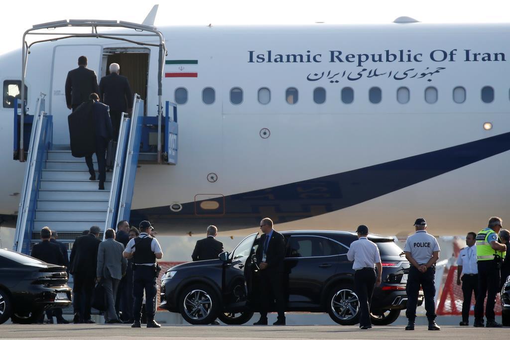 ビアリッツ空港に駐機中のイランの政府専用機=25日、フランス南西部(ロイター)