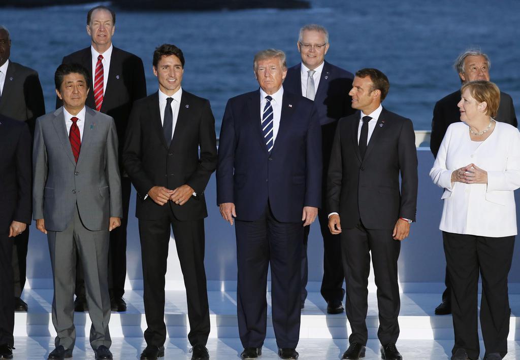 25日、G7サミットの拡大会合後に記念撮影する(前列左から)安倍首相、カナダのトルドー首相、トランプ米大統領、フランスのマクロン大統領、ドイツのメルケル首相ら=フランス南西部のビアリッツ(共同)