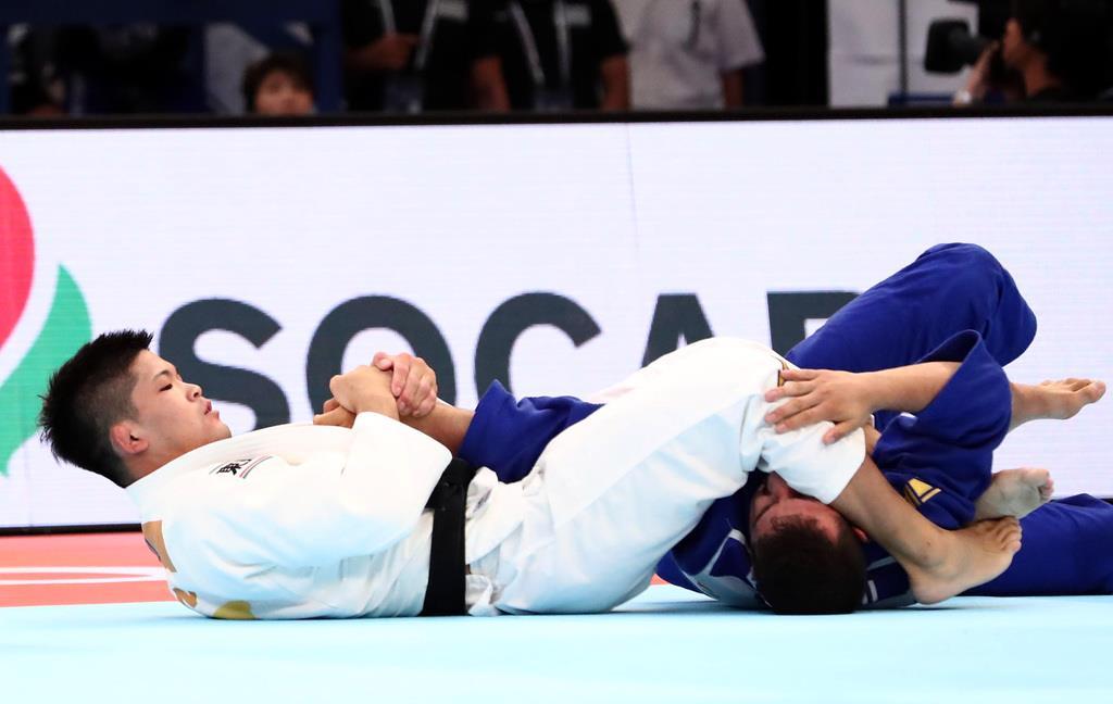 準々決勝で、トルコ選手に一本勝ちした大野将平(白)=27日、日本武道館(桐山弘太撮影)