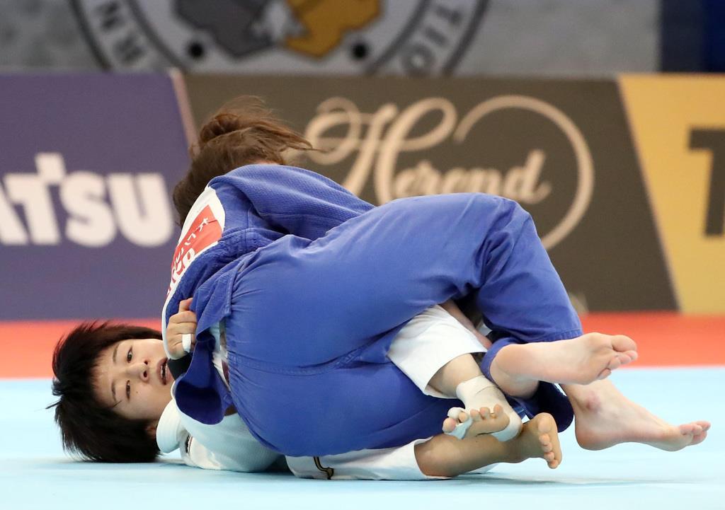 準々決勝で、ポーランド選手に寝技で一本勝ちした芳田司(白)=27日、日本武道館(桐山弘太撮影)