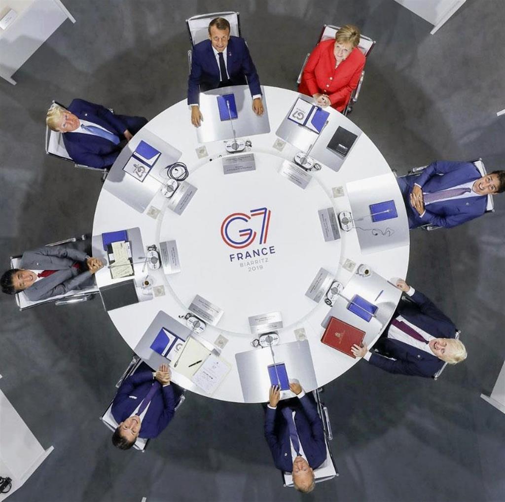 G7の公式インスタグラムに投稿された、25日の討議に臨む各国首脳。左中央は安倍首相(共同)