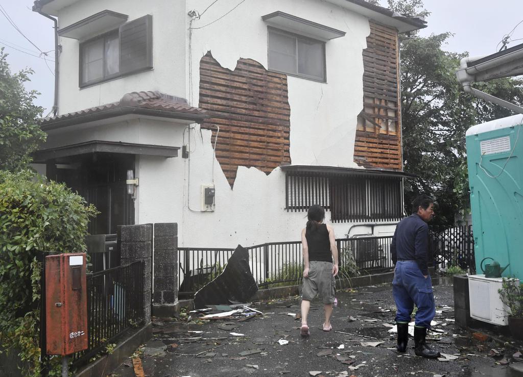竜巻とみられる突風が発生し、外壁の一部が剥がれた住宅=28日午後0時58分、静岡県三島市