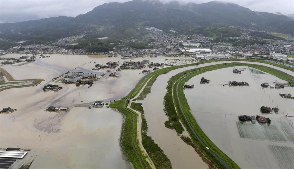 大雨で浸水した佐賀県大町町。右下は白石町=28日午前11時41分