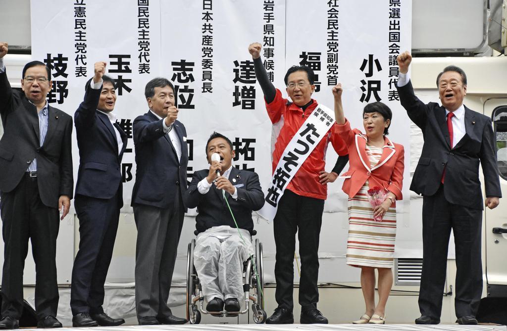 岩手県知事選の応援演説に駆け付けた立憲民主党の枝野幸男代表(左から3人目)と野党幹部ら=28日午後、盛岡市