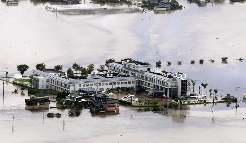 猛烈な雨による冠水で孤立した佐賀県大町町の順天堂病院。付近には工場から流れ出た油が漂っていた=28日午前11時40分