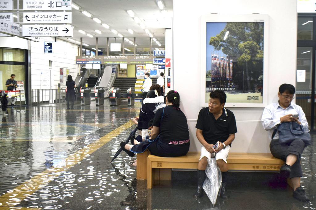 大雨の影響で浸水したJR佐賀駅の構内=28日午前8時45分、佐賀市