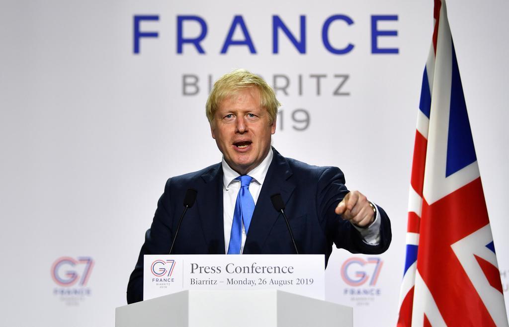 G7サミットで記者会見するジョンソン英首相=26日、フランス・ビアリッツ(ロイター)