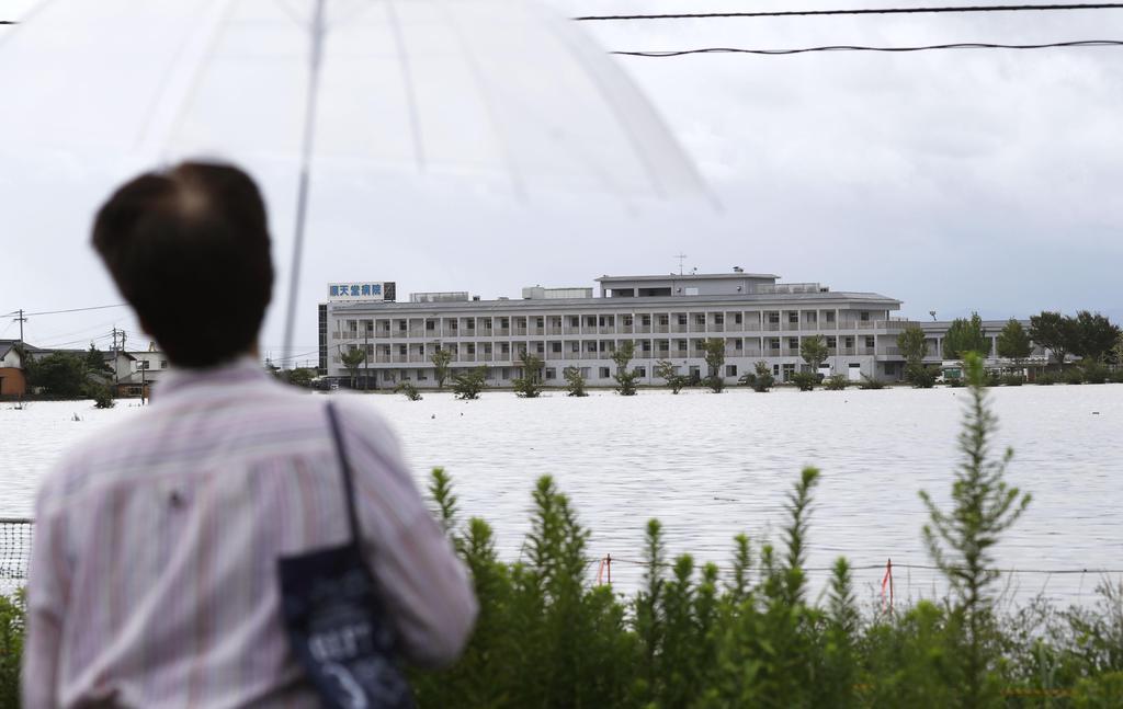 冠水し孤立した佐賀県大町町の順天堂病院=29日午前8時54分