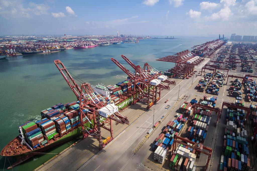中国の港に停泊するコンテナ船。米中対立は貿易を減速させ、世界経済に影響を与える恐れがある=山東省青島(AP)