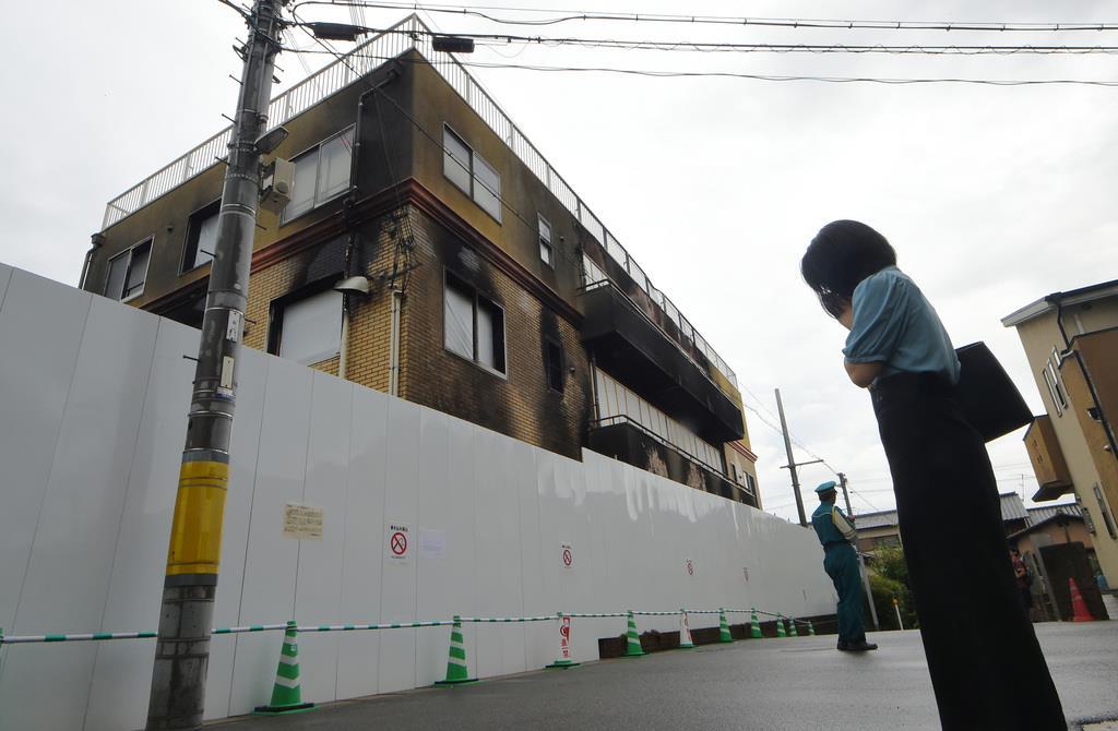 京都アニメ会社放火事件 放火された京都アニメーションの第一スタジオ前では犠牲者を悼む人の姿がみられた=28日午前、京都市伏見区(永田直也撮影)