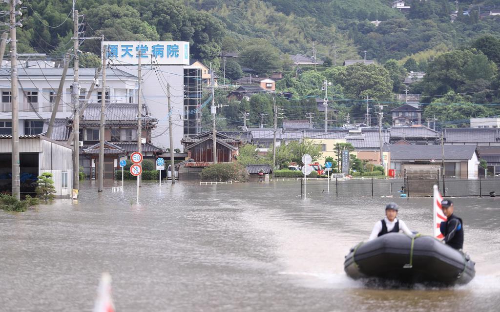 九州北部での大雨の影響で大町町の順天堂病院が孤立した。水はいまだ周辺に溜まったまま=29日午前、佐賀県大町町(納冨康撮影)