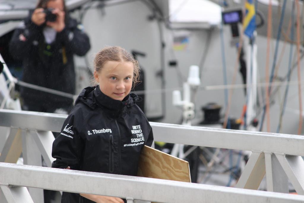 ヨットハーバーに到着したスウェーデンの環境活動家、グレタ・トゥンベリさん=28日、ニューヨーク(上塚真由撮影)