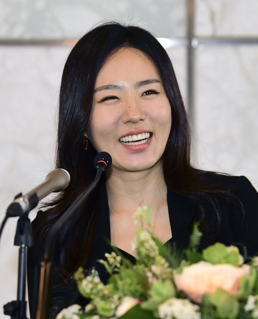 引退記者会見で笑顔を見せる李相花さん=5月、ソウル(共同)