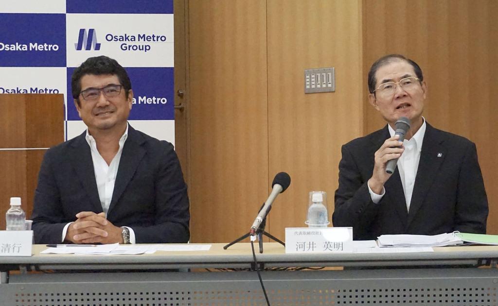記者会見する大阪メトロの河井英明社長(右)と工業デザイナーの奥山清行氏=29日午後、大阪市
