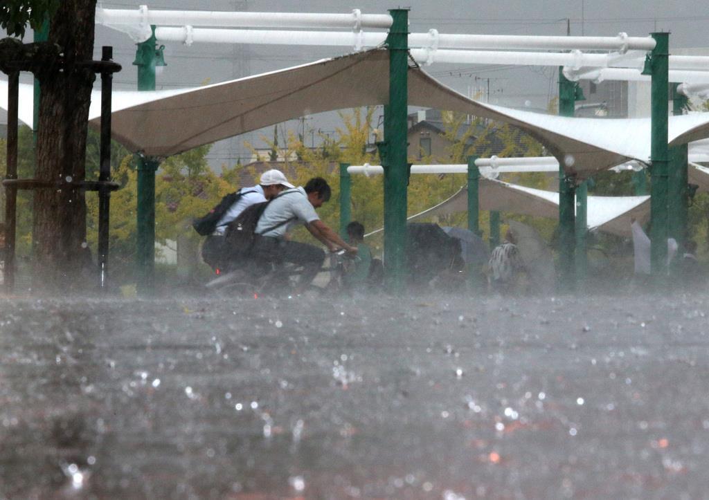 突然の大雨。雨が地面に打ちつける=30日、大阪府東大阪市(前川純一郎撮影)