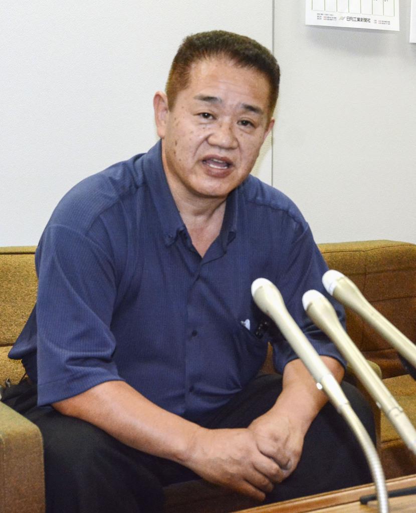調査部会の報告書公表を受け、記者会見する永石陽菜さんの父、洋さん=30日午後、東京都八王子市