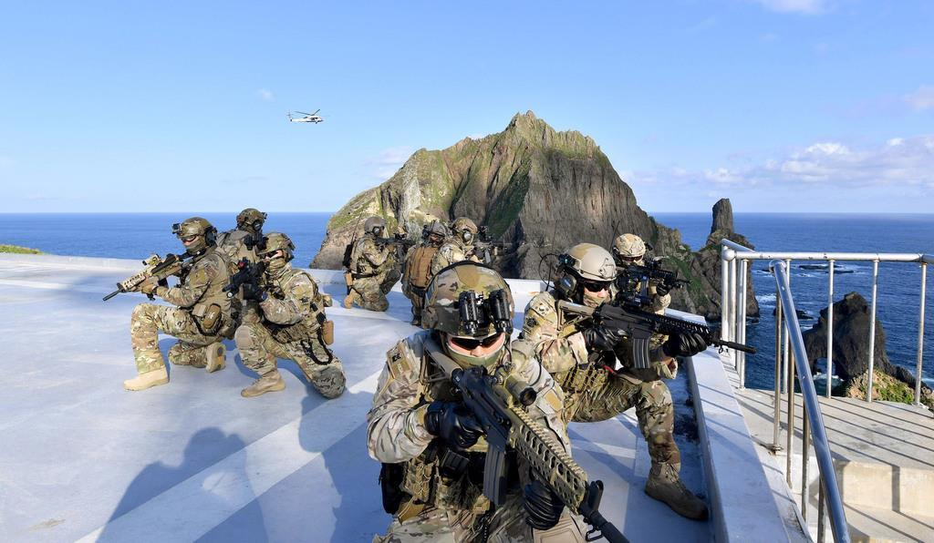 島根県の竹島で、防衛などを想定して訓練する韓国海軍の特殊部隊=25日(韓国海軍提供・共同)