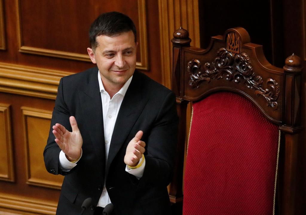 ウクライナで新内閣が発足し、拍手するゼレンスキー大統領=29日(ロイター)