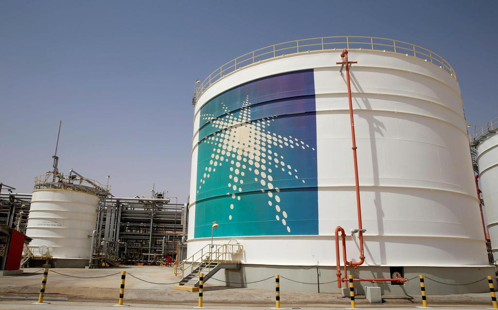 サウジアラビア南東部・シェイバ油田にあるサウジアラムコの石油貯蔵施設=2018年5月(ロイター)