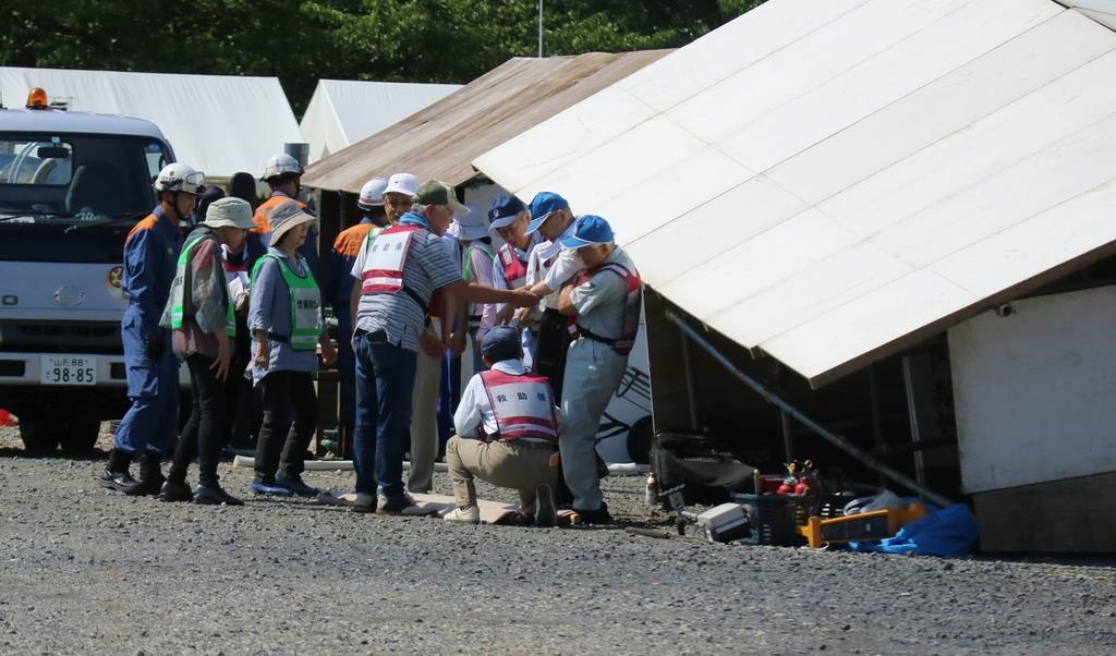 ボランティア住民らは半壊した家屋から被災者を保護する訓練を行った=31日、山形市の霞城公園(柏崎幸三撮影)