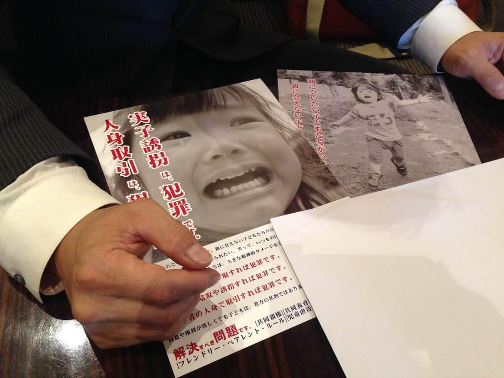 子供を連れ去られたとして営利目的略取誘拐罪などで元妻側を刑事告訴した兵庫県の男性。同じ境遇の親に対し問題の啓発活動をしている=大阪市内(加藤園子撮影)