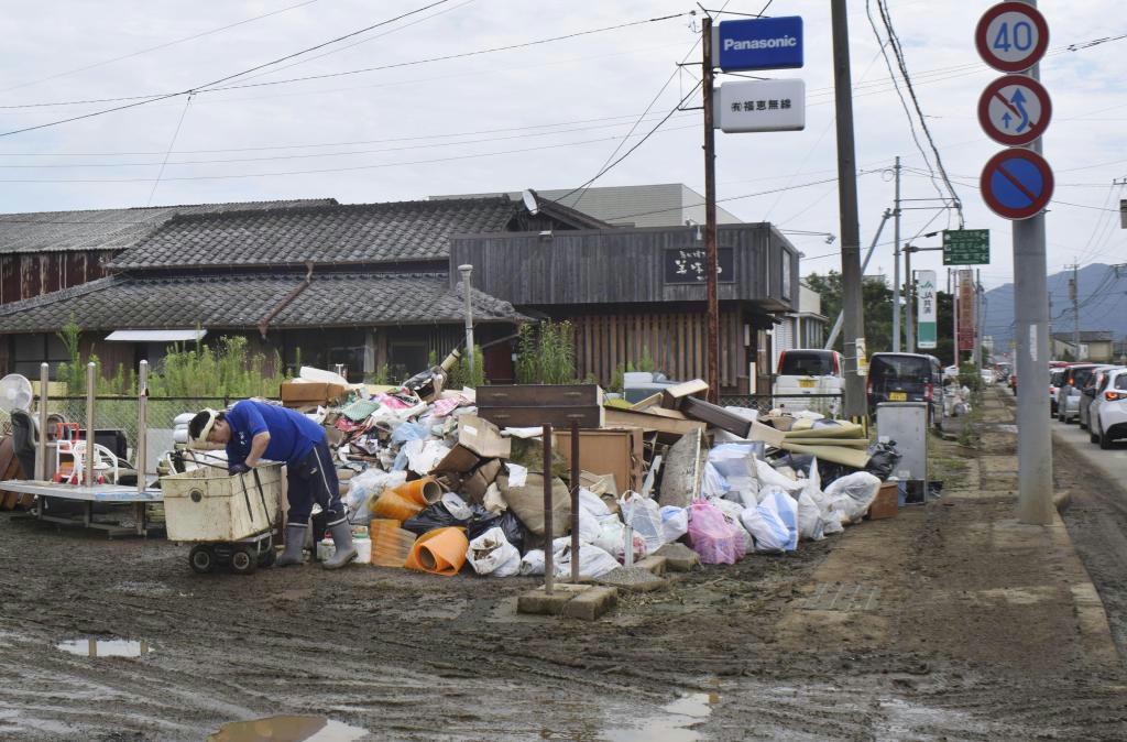 大雨で浸水被害を受けた店舗前に置かれた大量の災害ごみ=佐賀県武雄市