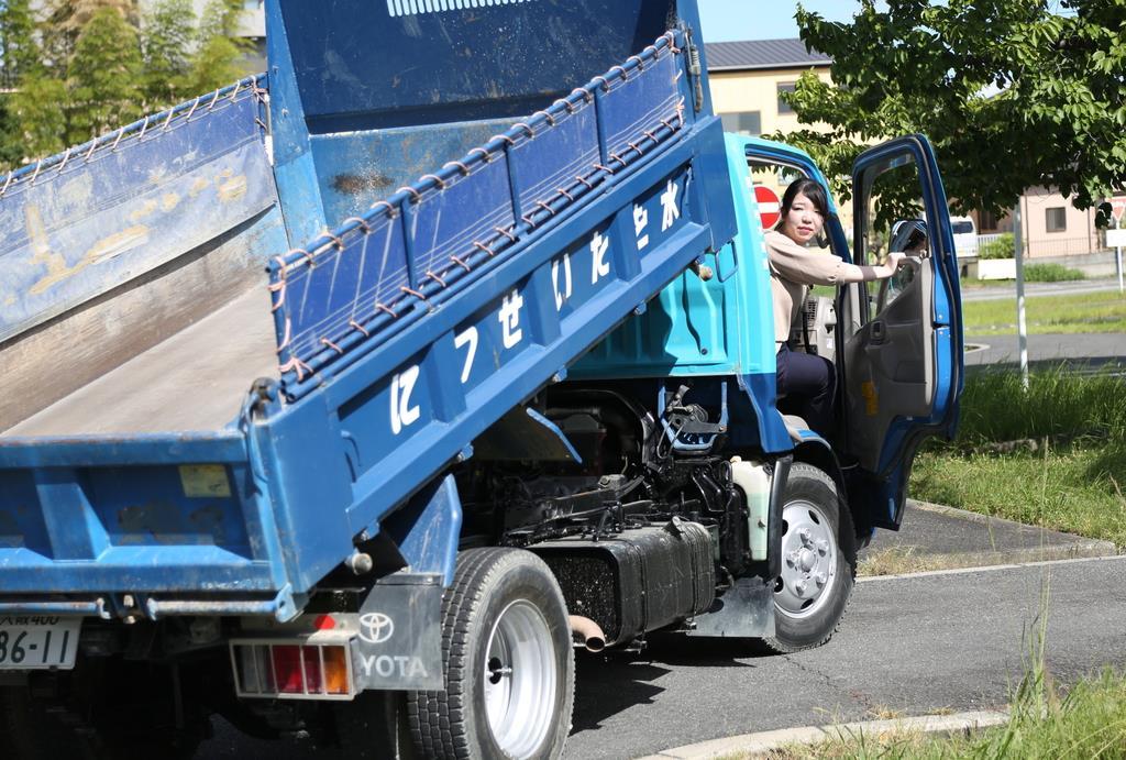 トラックの荷台を操作する摂津市職員=同市内
