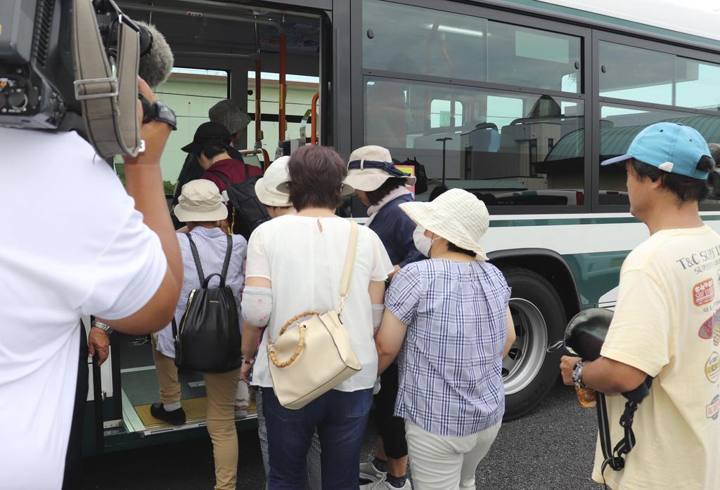 伊勢湾台風を超える規模の台風に備えた避難訓練で、バスに乗り込む参加者=1日午前、三重県木曽岬町