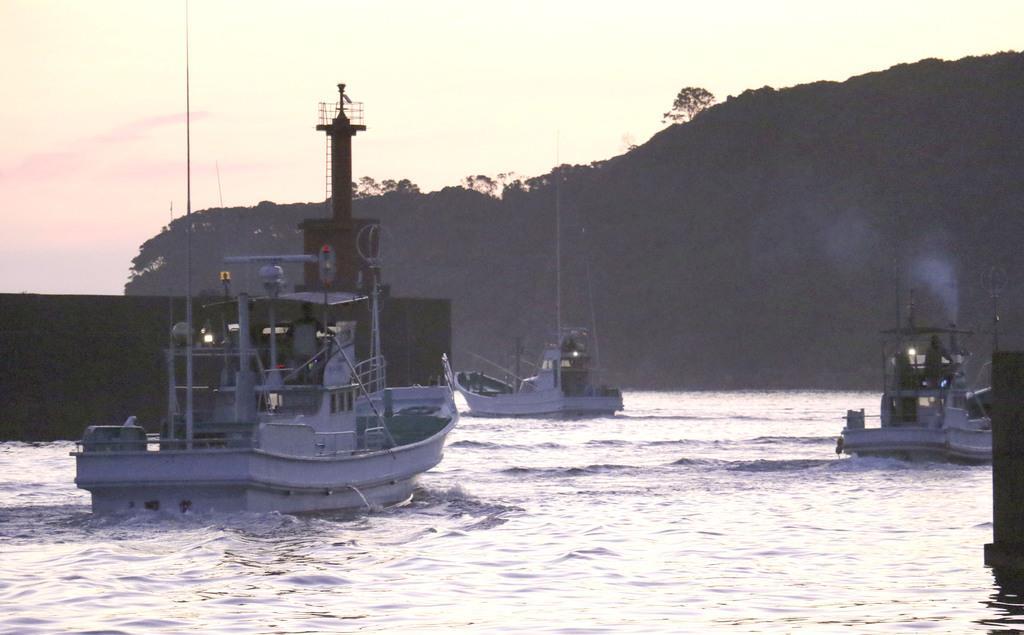 イルカ追い込み漁解禁 和歌山・太地、県警が警戒