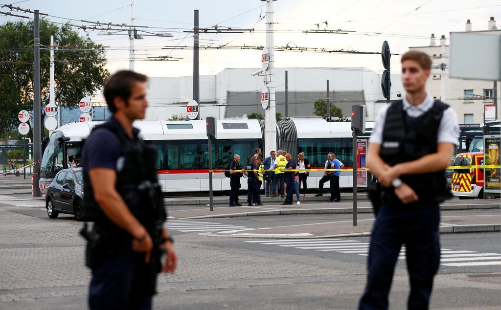 フランス南部リヨン郊外ビルルバンヌの襲撃現場の立ち入りを規制する警官=8月31日(ロイター=共同)