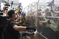 香港空港にバリケード 若者ら市民が連絡鉄道も妨害 中文大学に「香港民主の女神像」