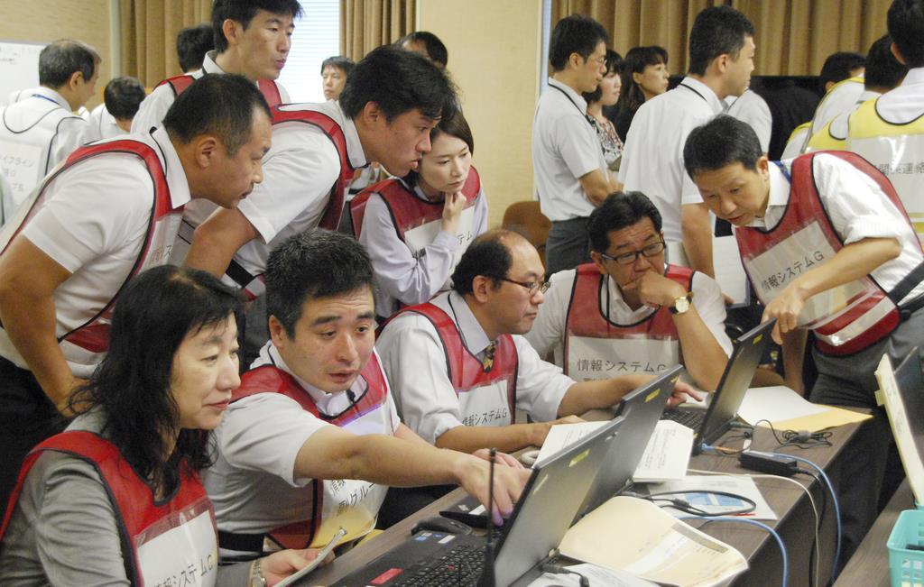 南海トラフ巨大地震に備えた総合防災訓練をする大阪市の職員ら=2日午前、大阪市役所