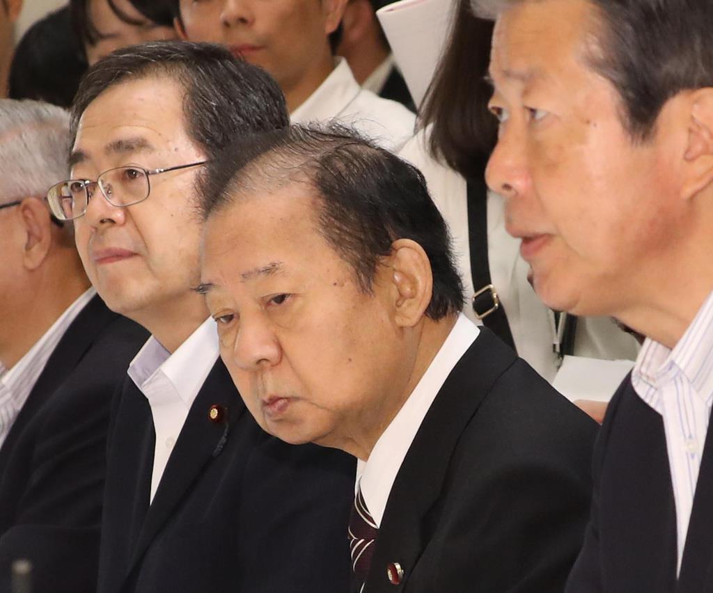 政府与党連絡会議に臨む自民党・二階俊博幹事長(右から2人目)=2日午後、首相官邸(春名中撮影)