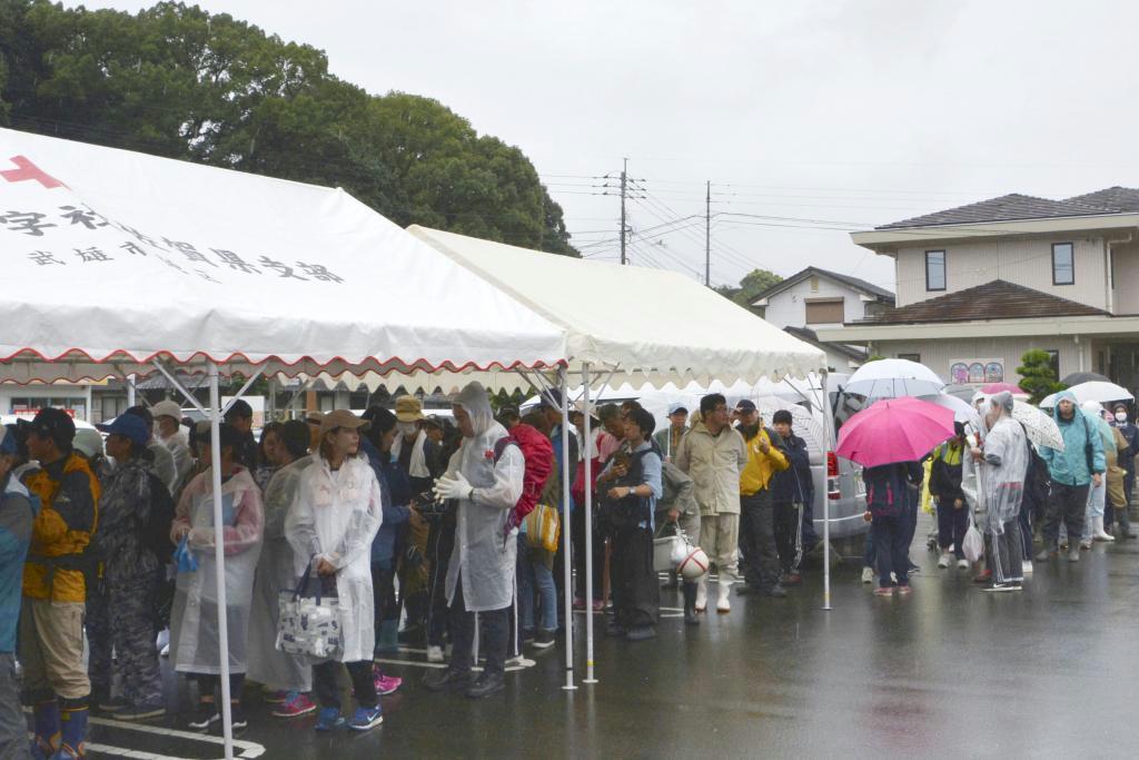 冠水被害を受けた佐賀県武雄市で、ボランティアに参加しようと受け付けに列をつくる人たち