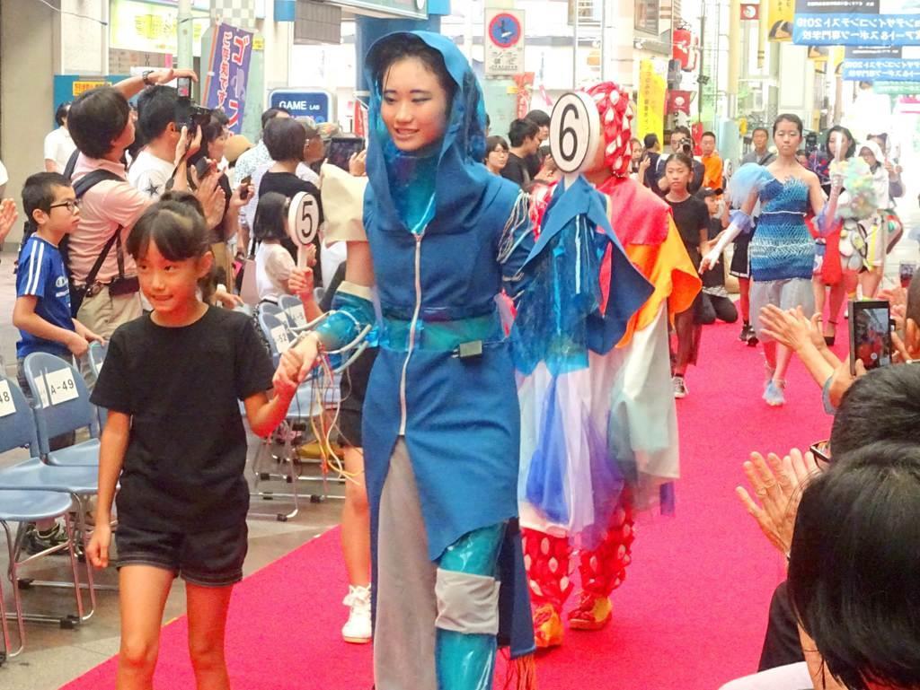 「FASHON+SPORTS」のテーマで催されたコンテスト。多くの見物客を集め華やいだ=1日、宇都宮市曲師町