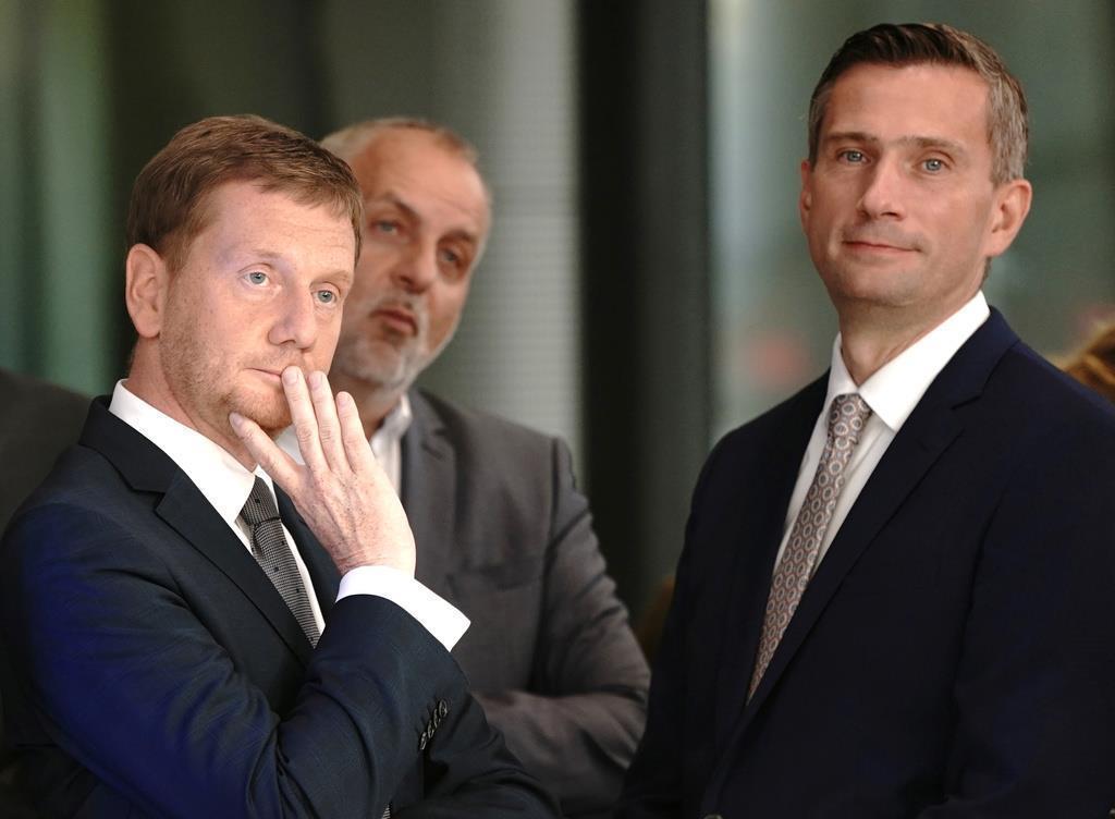 初回の出口調査の発表後、テレビ局のスタジオに集まってきたザクセン州議会選挙の候補たち=1日、ドレスデン(ロイター)