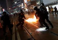 警官が火炎瓶を投げつけか、デモ参加者を装って自作自演の疑い