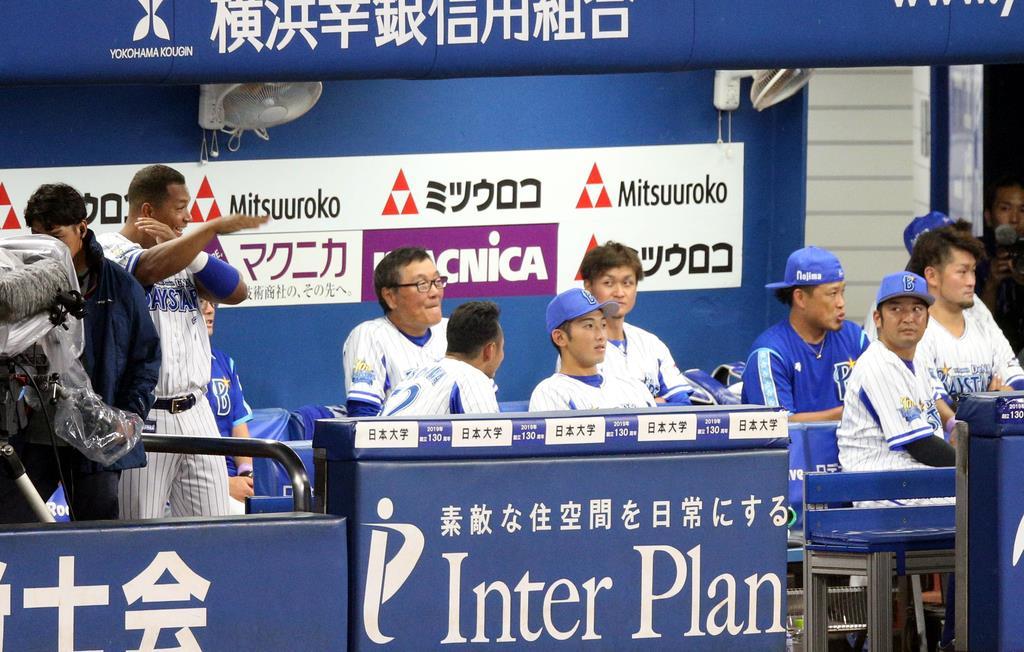 落雷で試合が中断したプロ野球公式戦「DeNA対阪神」=3日、横浜市中区の横浜スタジアム(宮沢宗士郎撮影)