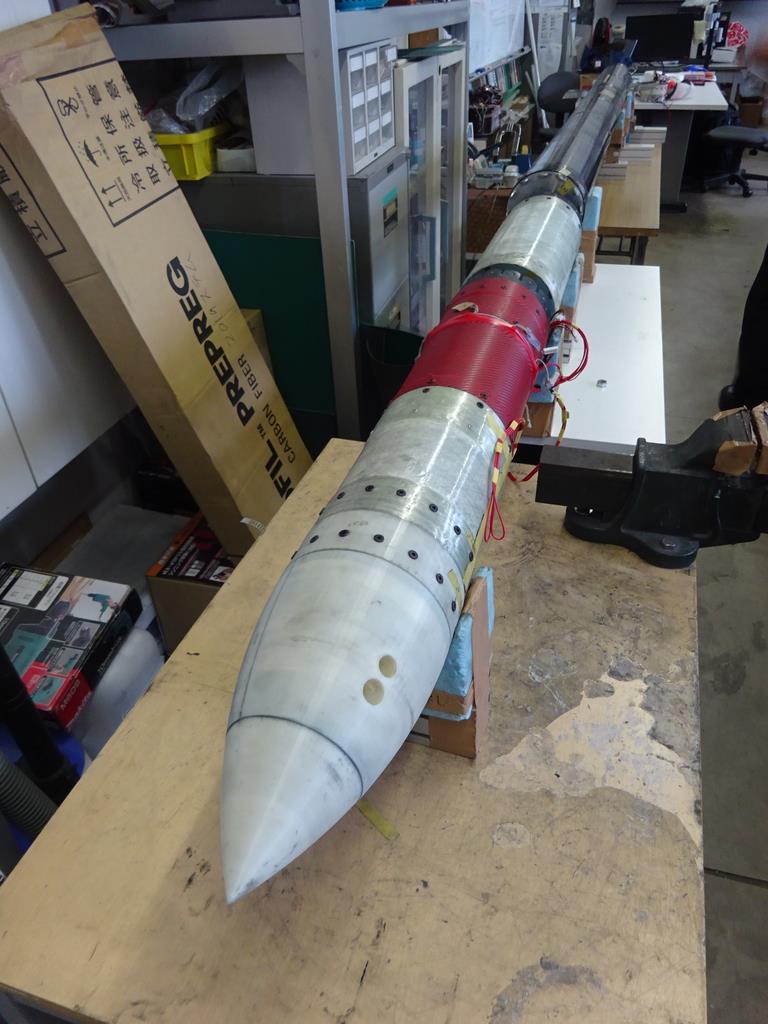 神奈川大学の高野敦准教授の研究チームが東京都大田区の町工場と共同開発したロケット=横浜市神奈川区