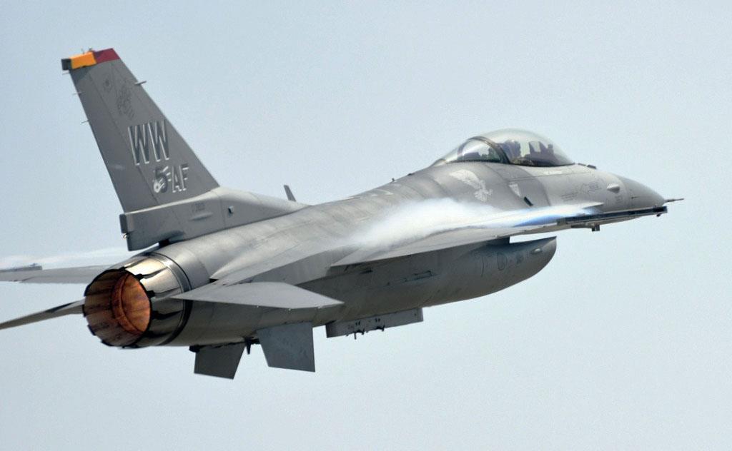 高速パスを見せる米空軍のF-16(2019年5月、岡田敏彦撮影)