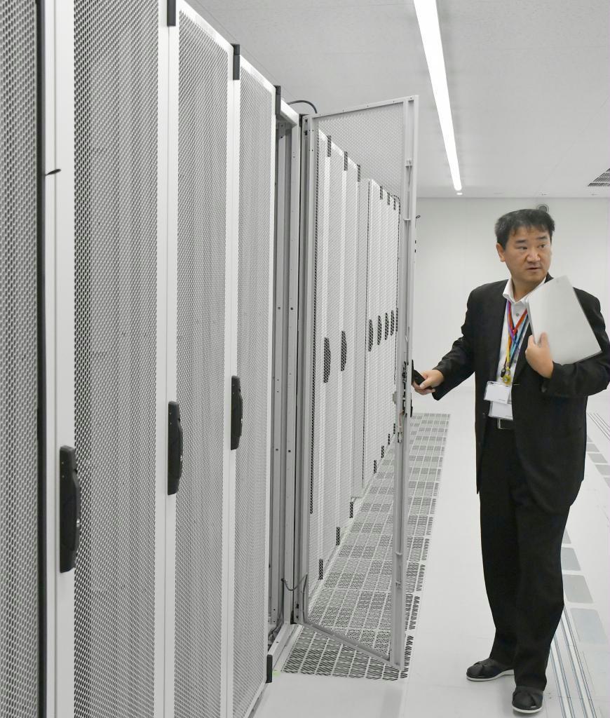 サーバーなどを収容するラックが並ぶQTnetの「QiCデータセンター博多駅」