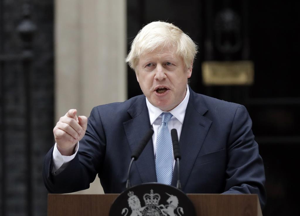 ジョンソン英首相=2日、ロンドンのダウニングストリート(AP)