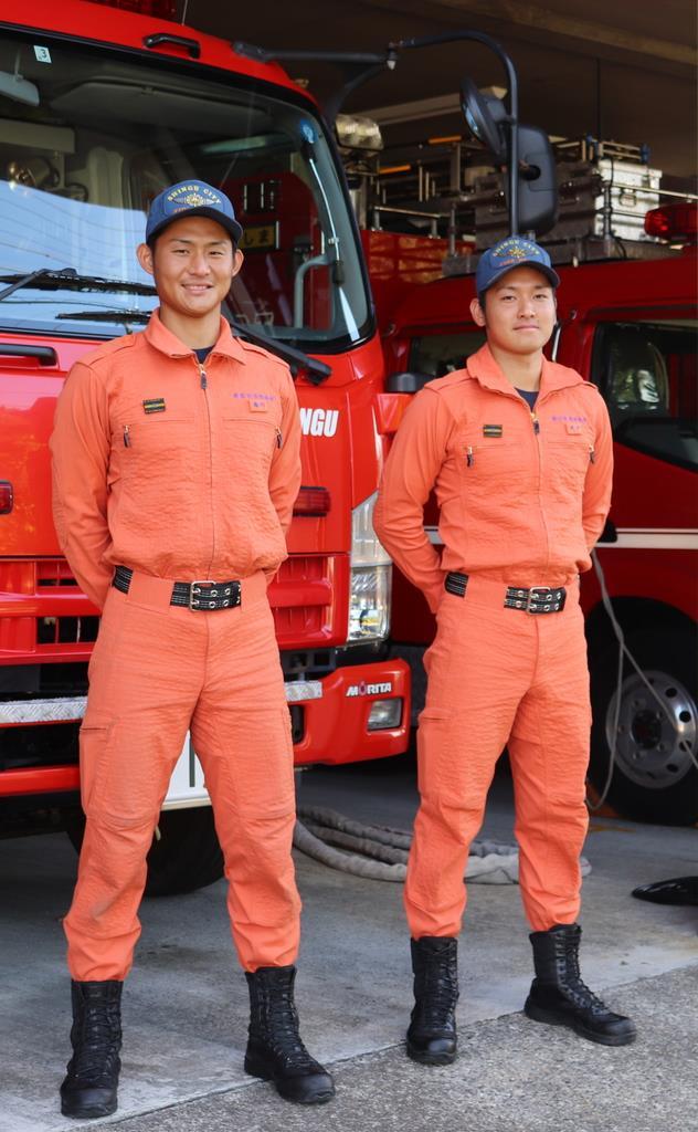 消防士として活動する井戸正樹さん(右)と湯川貴生さん=和歌山県新宮市