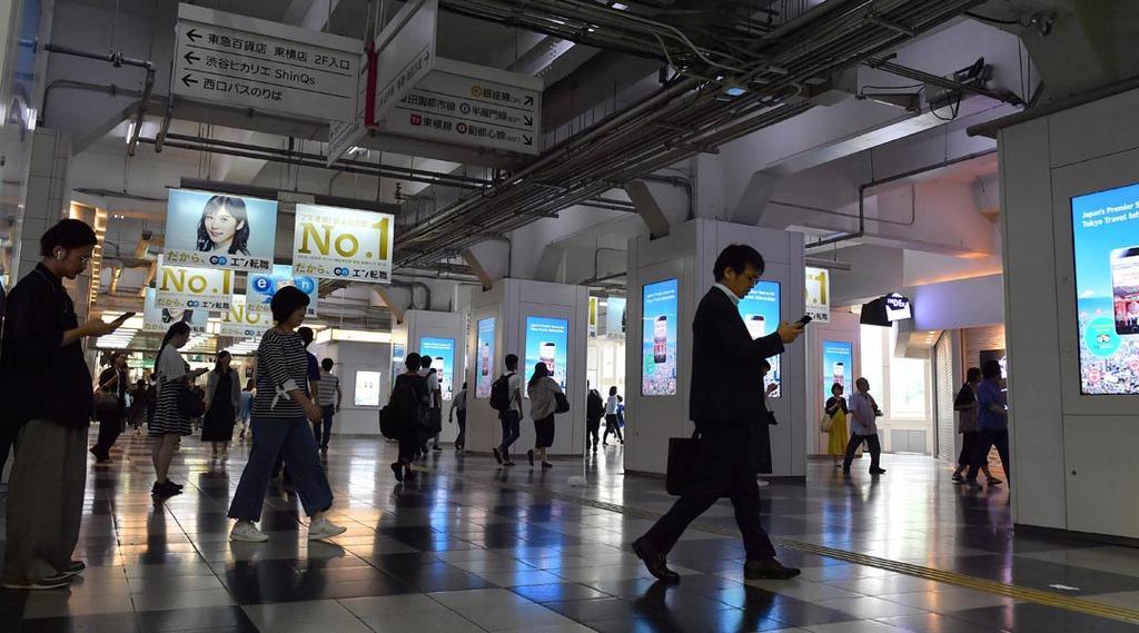 東急東横店の停電の影響で暗くなった渋谷駅構内=4日午前、東京都渋谷区(宮崎瑞穂撮影)