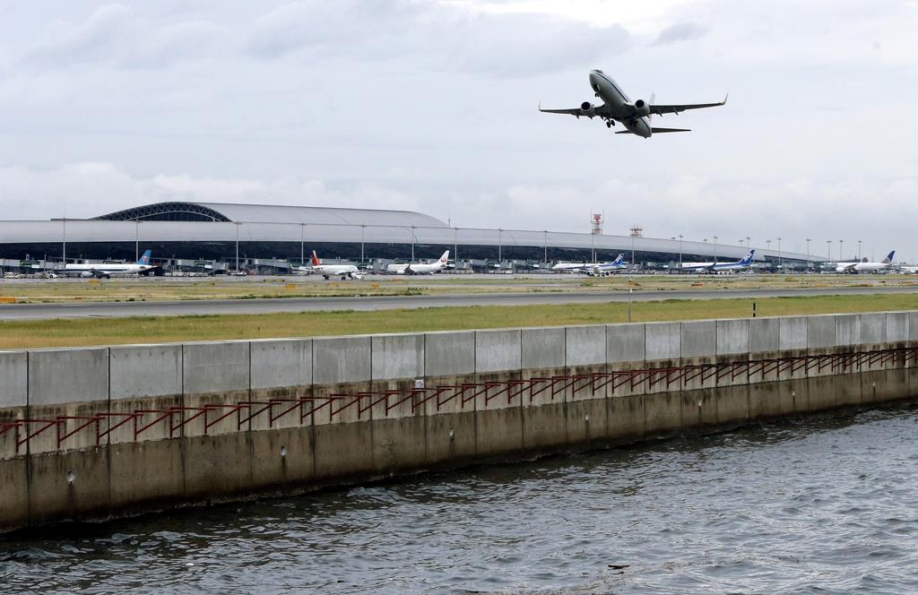 護岸の改修工事が進む関西空港。上部の色の違うコンクリート部分がかさ上げされた(前川純一郎撮影)