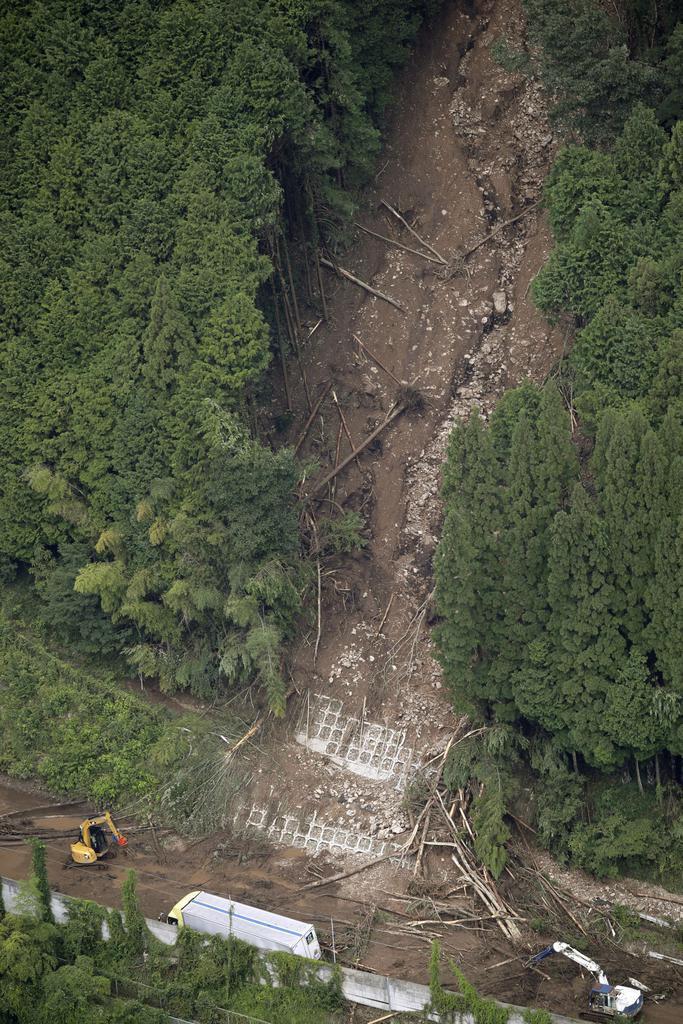 岡山県新見市の土砂崩れ現場。中国自動車道に土砂が流れ込み通行止めとなった=4日午前10時9分