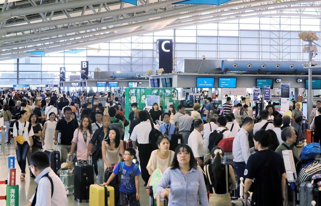 多数の旅客でにぎわう国際線出発フロア=4日午前、関西国際空港(山田哲司撮影)